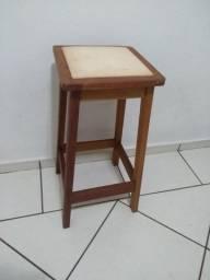 Banco alto de madeira com assento de almofada (usado)