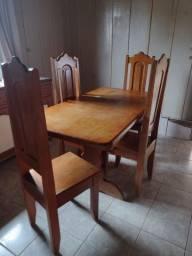 Mesa de madeira cerejeira.