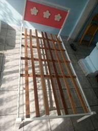 Cama de ferro solteiro com cabeceira de madeira