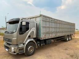 Título do anúncio: Caminhão Boiadeiro Volvo Truck 6x2