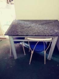 Armário de cozinha e mesa de cozinha