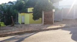 Terreno de Esquina com Casa Pequena/a 1km da Praia/Rua Asfaltada