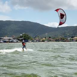 Aulas de kitesurf e equipamentos