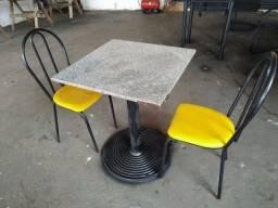 Vendo mesa com 2 cadeiras