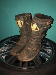 Vende-se duas botas de trilha uma usada e outra muitooo nova somente suja