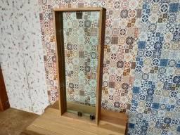 Janelas de vidro temperado em marcos de madeira pronta para ser instaladas