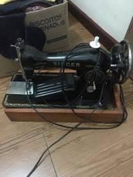 Título do anúncio: Máquina de costura antiga Singer