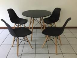 Mesa de jantar Eames Eiffel com 4 cadeiras