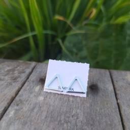 Brinco em formato de triângulo folheado a ródio branco