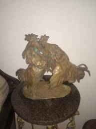 Linda escultura em bronze Rinha de galos.