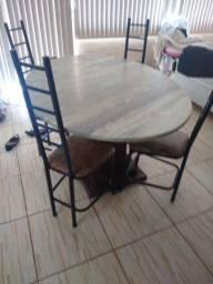 Mesa com 4 cadeiras *