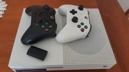 X Box One S 1T (IMPECÁVEL) Física e Digital) + GTA V e 2 Controles.