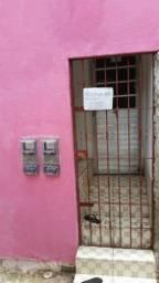 Aluga-se uma casa em coqueiral perto da estação