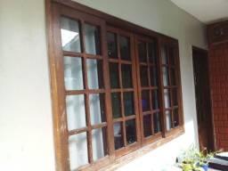 Vendo três janelas e uma porta de madeira