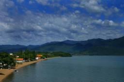 1705 - Lindo terreno vista mar na Praia da Caiacanga! Cond fechado!