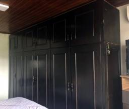 Guarda-roupas preto 6 portas com maleiro