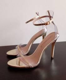 Sandália salto fino Cecconello dourada