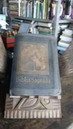 Bíblia com suporte em madeira