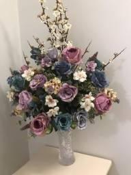 Vendo jarro com flores articiais