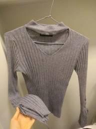 Blusa chocker canelada cinza com manga de sino