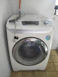 Máquina de lavar roupa, lava e seca.
