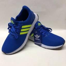Tênis Azul alegre e chamativo