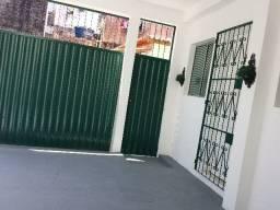 Aluguel casa térrea 2/4, garagem coberta R$1.300,00 *CENTRO ITAPUÃ