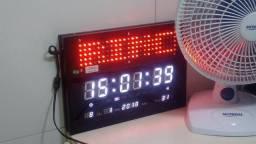 Painel de mensagens com Relógio digital, despertador e indicação de temperatura