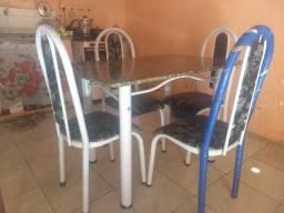 Vendo mesa de 4 cadeiras com pouco tempo de uso (ATENÇÃO SOU DE JUAZEIRO DO NORTE)
