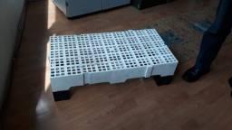 Título do anúncio: Palete Plástico Branco Reforçado -Usado em bom estado