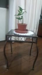 Mesa de canto de ferro e tampo de vidro