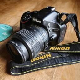 Nikon D5100 com lente 18-55mm e accessórios