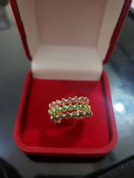 Anel de ouro 18k (750k) de rubi, esmeralda e safira