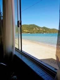 """Exuberante propriedade """"pé na areia"""" na praia do Ribeirão da Ilha"""