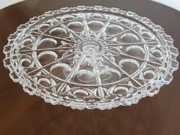 Prato de bolo em cristal lapidado e com corações na borda do prato