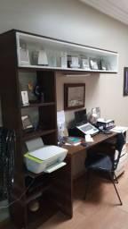 Mesa de estudo com estante.