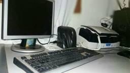 Computador e mesa de escritório