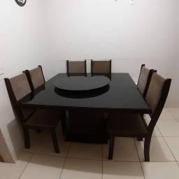 Conjunto de jantar. Mesa com 7 cadeiras.