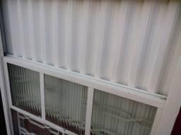 Vendo janela super conservado sem detalhes com vidro