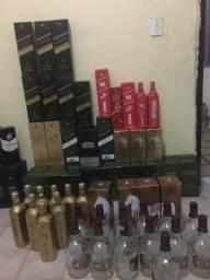 Garrafas vazias de whisky e gin