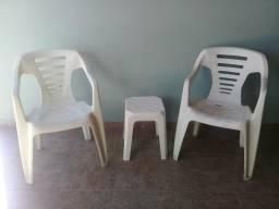 2 cadeiras + 1 banqueta em bom estado