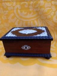 Título do anúncio: Antiga caixa de música em madeira e alumínio