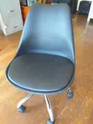 Título do anúncio: Cadeira de escritório Eames com rodinhas preta