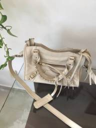 Bolsa toda em couro marca Rafaela Victor