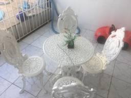 Conjunto de mesa e cadeira de ferro