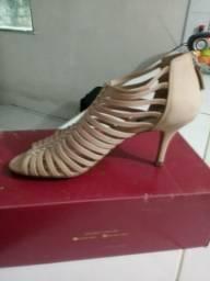 Vendo linda sandalia semi nova marca arezzo
