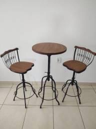 Conjunto bistrô com mesa e banquetas