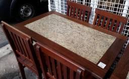 Mesa de madeira com tampo de granito e 4 cadeiras