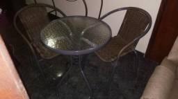 Mesa de vidro com duas cadeiras zeradas
