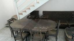 Sofá, poltronas e mesa de jantar com cadeiras antigos